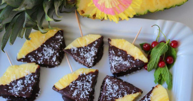 Ananas-Schoko-Kokoskuss – schokoladiges Obst am Stil