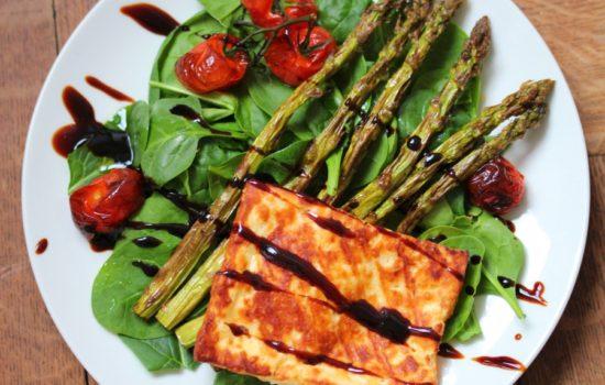 Spinatsalat mit gegrillten Spargel und Halloumi-Käse